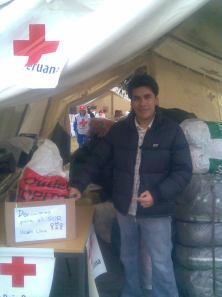 Roberto Esparza (en Representación de PDFS) dejando los donativos para la campaña a favor de la gente del Sur